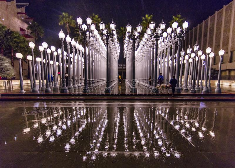 2 F?VRIER 2019 - LOS ANGELES, CA, Etats-Unis - art public l?ger urbain sur le Bd. de Wilshire est vu dans le strom de pluie au mu photos libres de droits