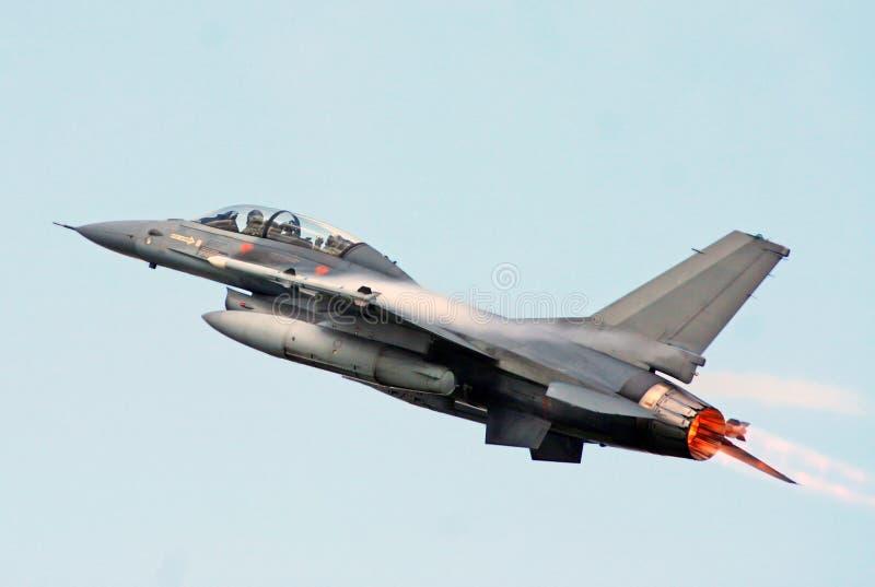 F-16 Walczący jastrząbek folujący dopalacz obraz stock