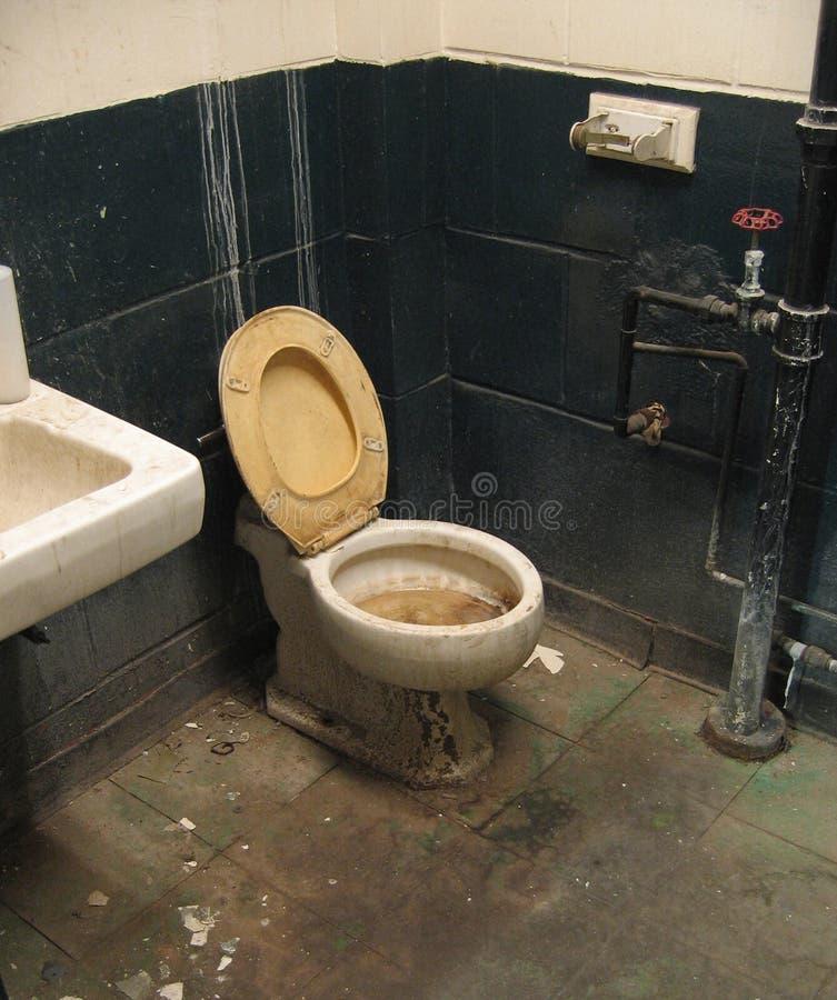 F51 Verlaten badkamers stock afbeelding
