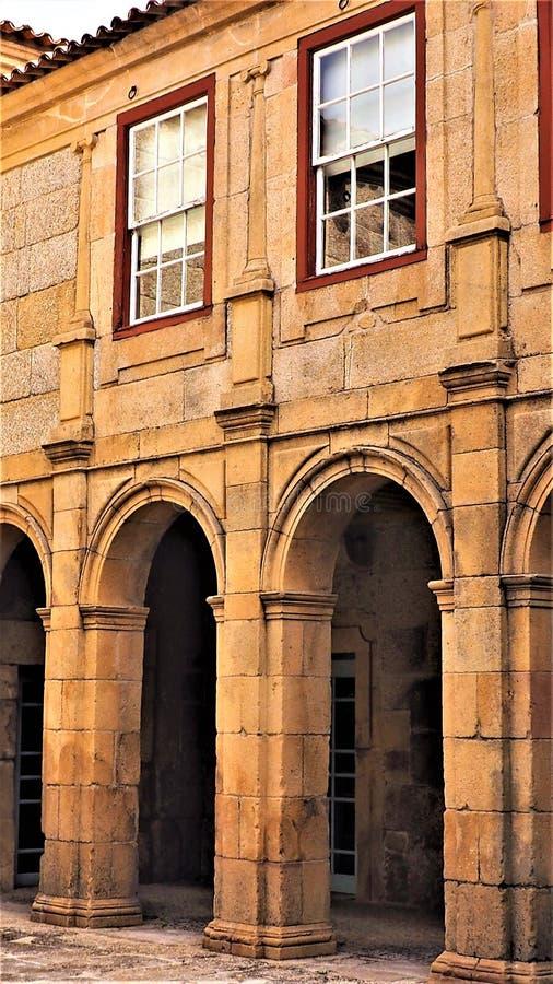 Façade van een oud steengebouw in guarda Portugal stock foto's