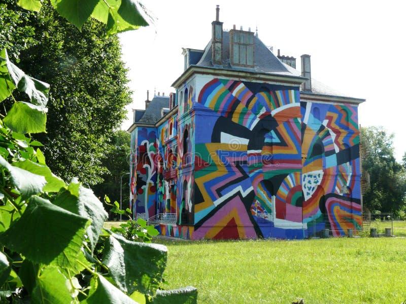 faÃÆ'à '§ade chÃÆ'à '¢teau etykietka Valette dekorował w ulicznej sztuce zdjęcia stock