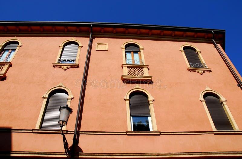 Façade iluminó por el sol y el cielo azul enmarcados por el della Valle de Prato en Padua en el Véneto (Italia) foto de archivo libre de regalías