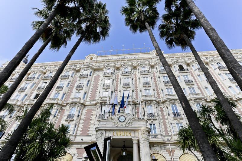 Façade med Windows och balkongerna av Carlton Hotel royaltyfria bilder