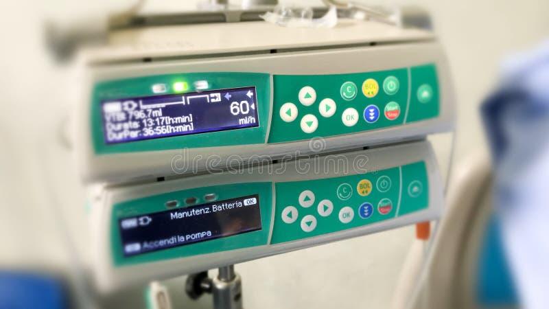 Faça à máquina o controlador para a infusão do intravenous IV para o paciente em ho fotografia de stock
