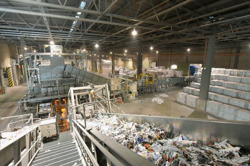Faça à máquina para a papelada de classificação e de lavagem - reciclagem de papel fotografia de stock royalty free