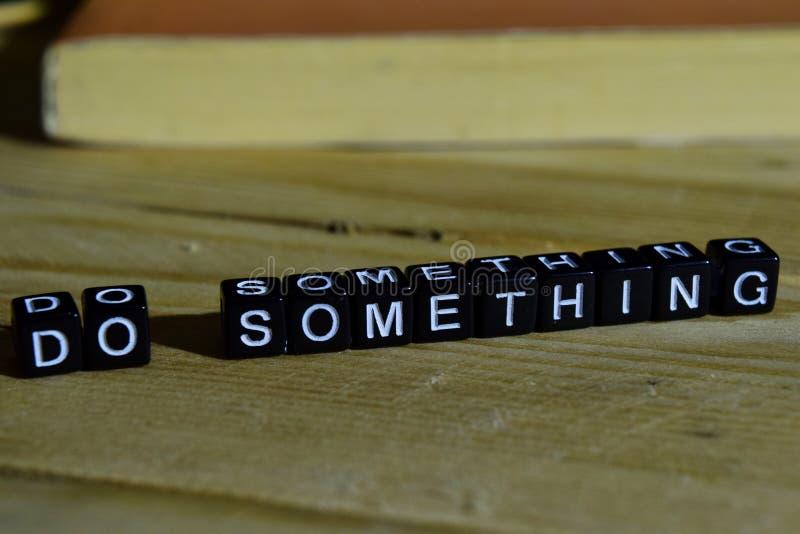 Faça algo em blocos de madeira Conceito da motivação e da inspiração fotos de stock royalty free