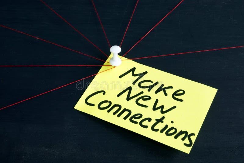 Faça as conexões novas escritas na página Trabalho na equipe do negócio imagens de stock royalty free