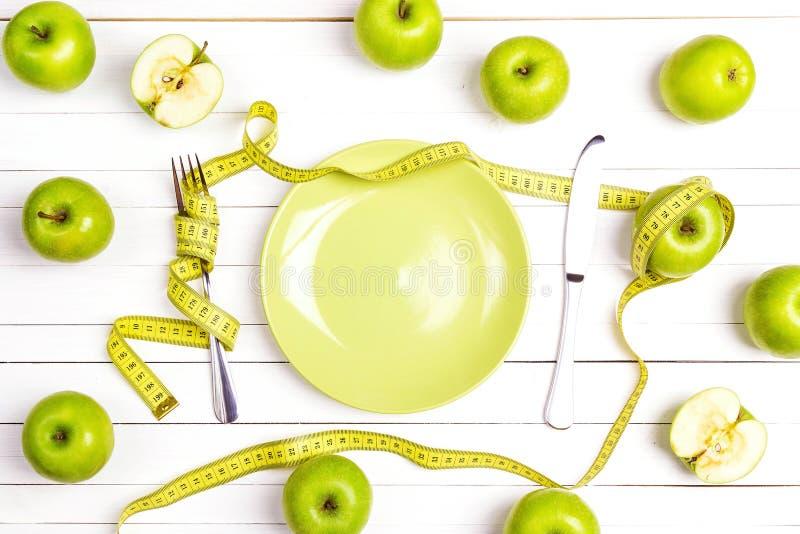 Faça dieta o ajuste da tabela do conceito com cutelaria, fita de medição amarela a imagens de stock royalty free