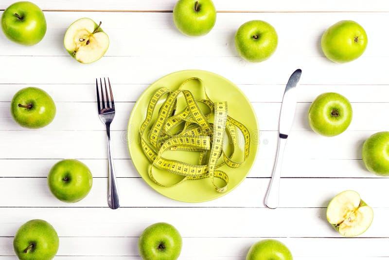 Faça dieta o ajuste da tabela do conceito com cutelaria, fita de medição amarela mim imagens de stock royalty free