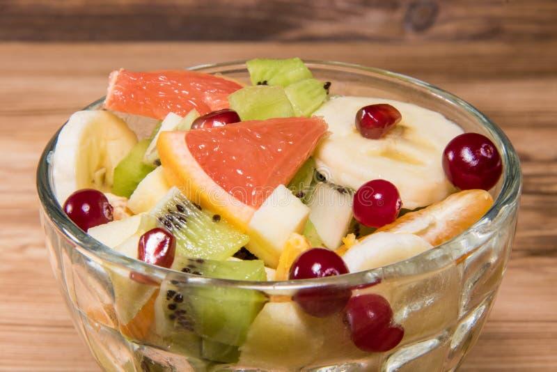 Faça dieta a salada fresca em uma placa de vidro em uma tabela de madeira Ingrediente de alimento da desintoxicação foto de stock royalty free