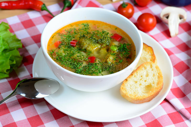 Faça dieta a sopa do minestrone com vegetais em uma placa branca em uma tabela de madeira do serviço Alimento italiano imagens de stock royalty free