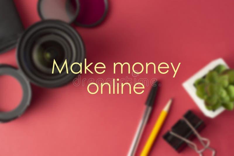 Faça a dinheiro a inscrição em linha, conceito do negócio Faça o dinheiro com fotografia Fundo vermelho fotos de stock royalty free