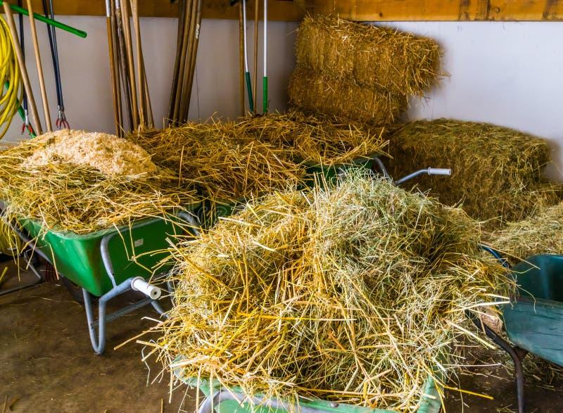 Faça feno o armazenamento em um celeiro, pacotes do feno, fundo da agricultura, equipamento agrícola fotos de stock