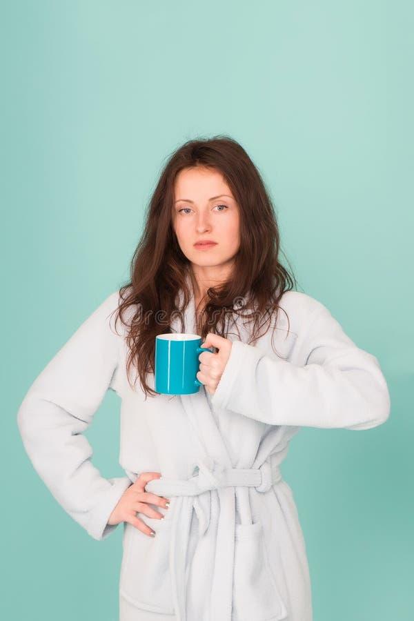 Faça a manhã melhor ela se sente descansada a rotina diária começa a partir do café precisa de energia hora do chá em casa bom foto de stock royalty free
