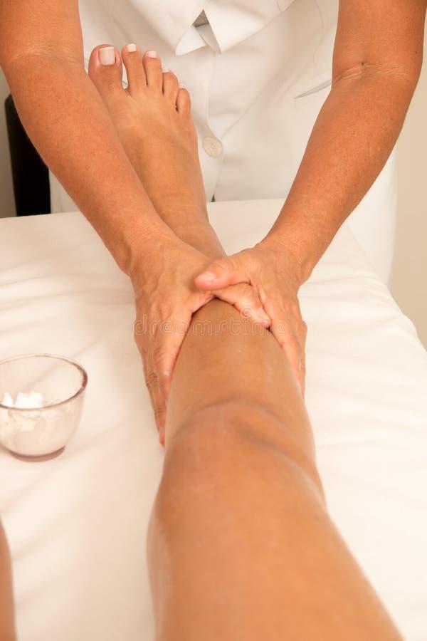 Faça massagens o terapeuta Massaging um pé do ` s da mulher imagem de stock