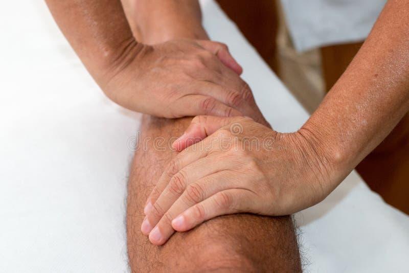 Faça massagens o terapeuta Massaging um pé do ` s do homem imagens de stock