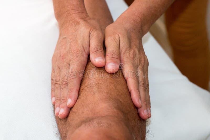 Faça massagens o terapeuta Massaging um pé do ` s do homem imagem de stock