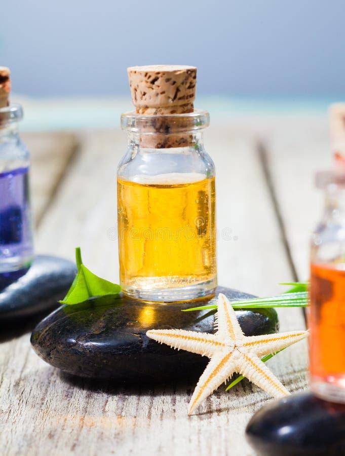 Faça massagens petróleos e pedras para a massagem quente da rocha imagem de stock royalty free
