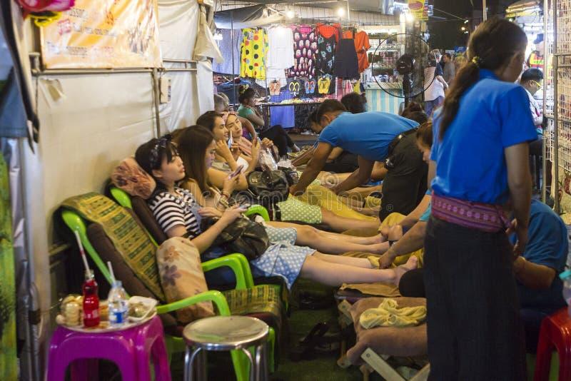 Faça massagens a tenda no mercado da noite de Hua Hin, Tailândia imagens de stock