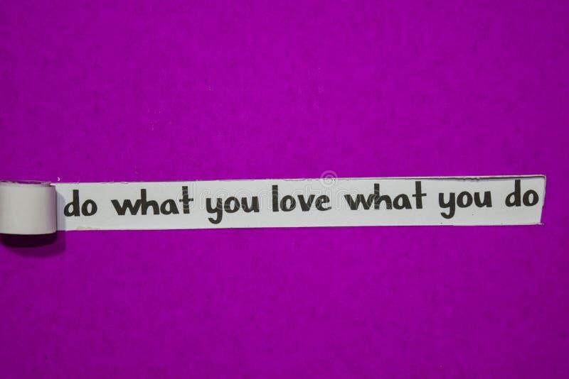 Faça o que você ama o que você faz, conceito da inspiração, da motivação e do negócio no papel rasgado roxo fotografia de stock