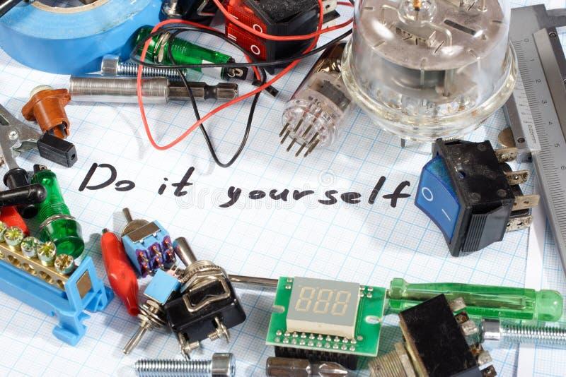 Faça-o você mesmo - as peças eletrônicas de rádio retros velhas imagens de stock