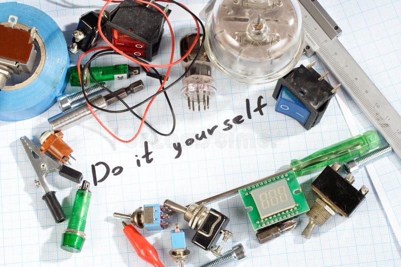 Faça-o você mesmo - as peças eletrônicas de rádio retros velhas fotos de stock