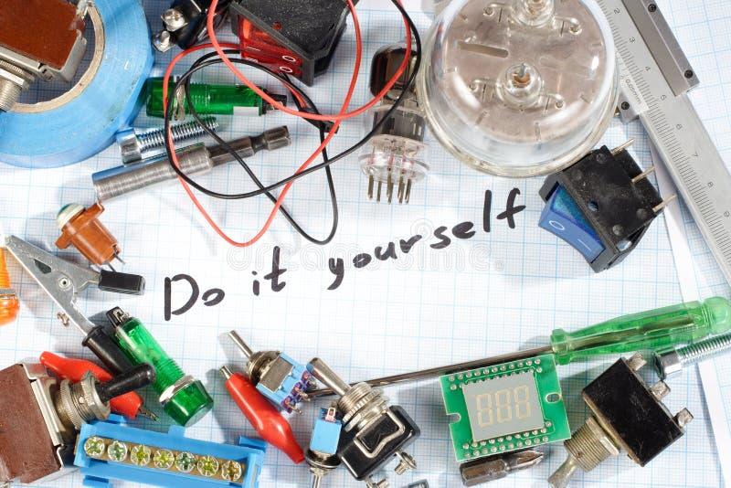 Faça-o você mesmo - as peças eletrônicas de rádio retros velhas imagens de stock royalty free