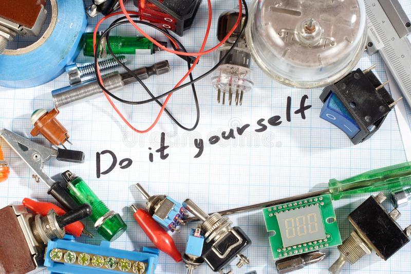 Faça-o você mesmo - as peças eletrônicas de rádio retros velhas imagem de stock
