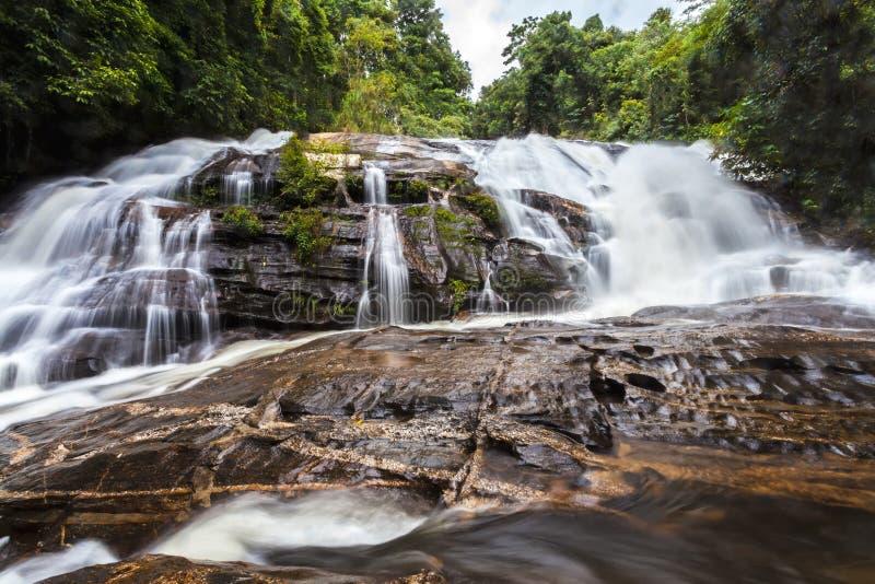 Faça sinal à água borrada da cachoeira do Pa Dok Siew & do x28; Cachoeira de Rak Jung & x29; foto de stock royalty free