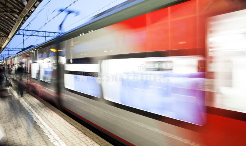 Faça sinal velocidade borrada a trem de estrada de ferro movente na plataforma da estação de trem imagem de stock