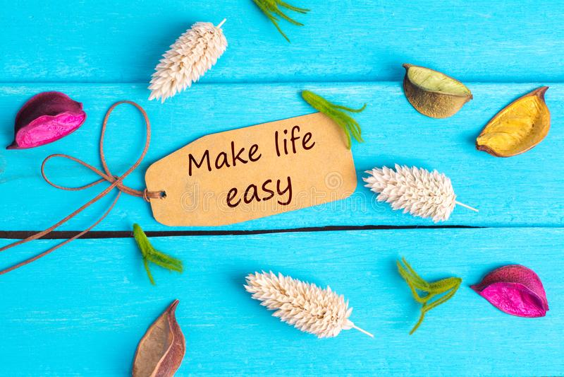 Faça a vida o texto fácil na etiqueta de papel imagens de stock