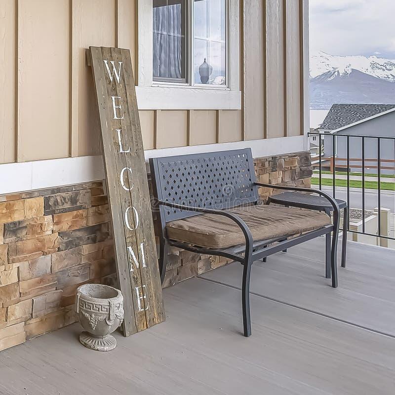 Façade à la maison de cadre carré avec une entrée principale paned en verre et un mur de brique et en bois en pierre images libres de droits