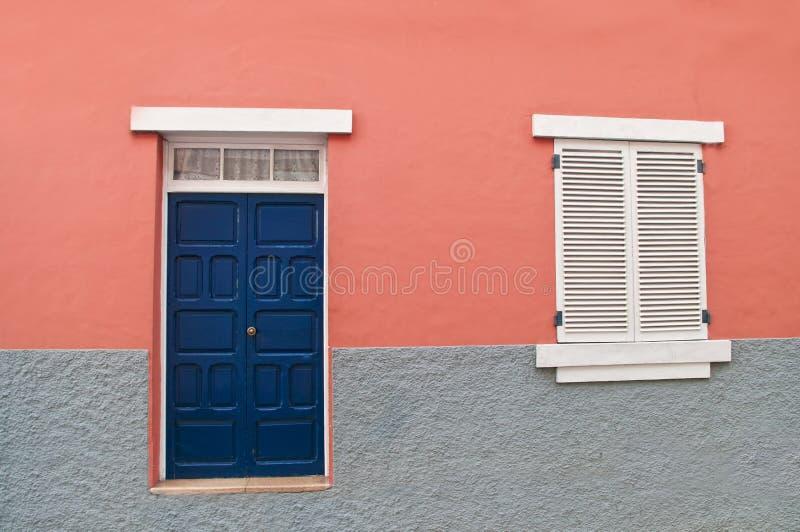 Façade à la maison espagnole traditionnelle avec le mur rose photo libre de droits