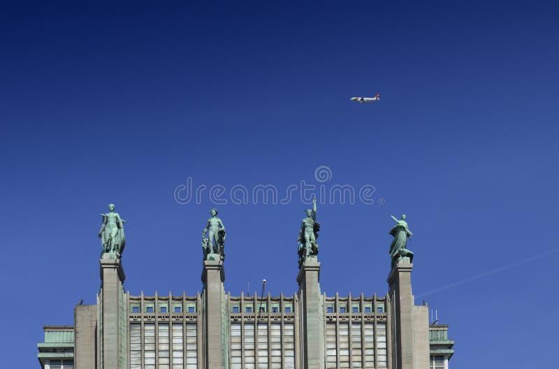Façade avant décorée des sculptures de cuivre du bâtiment d'expo de Bruxelles comportant de plusieurs halls et espaces d'expositi photo stock