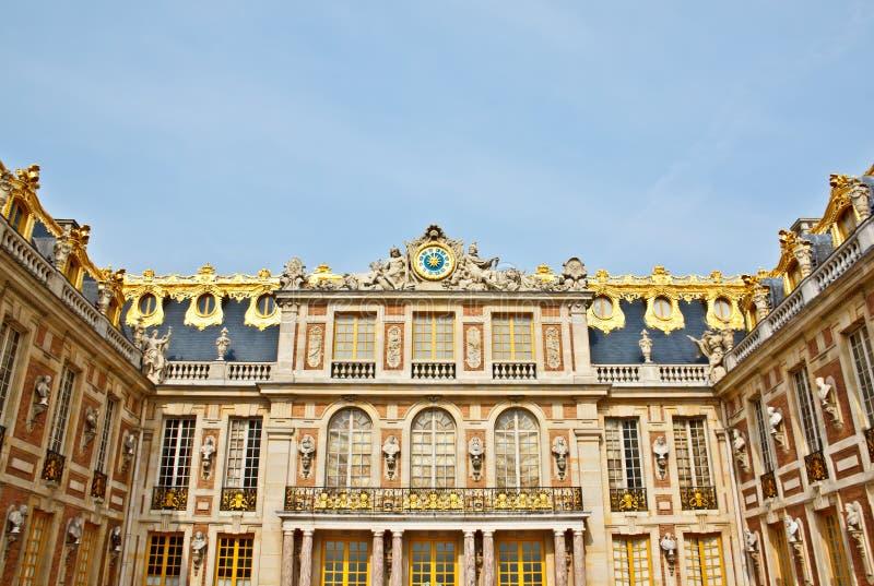Façade avant de palais de Versailles photographie stock