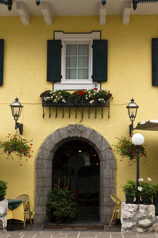 Façade avec des fleurs, dAmpezzo de Cortina, Italie photos stock
