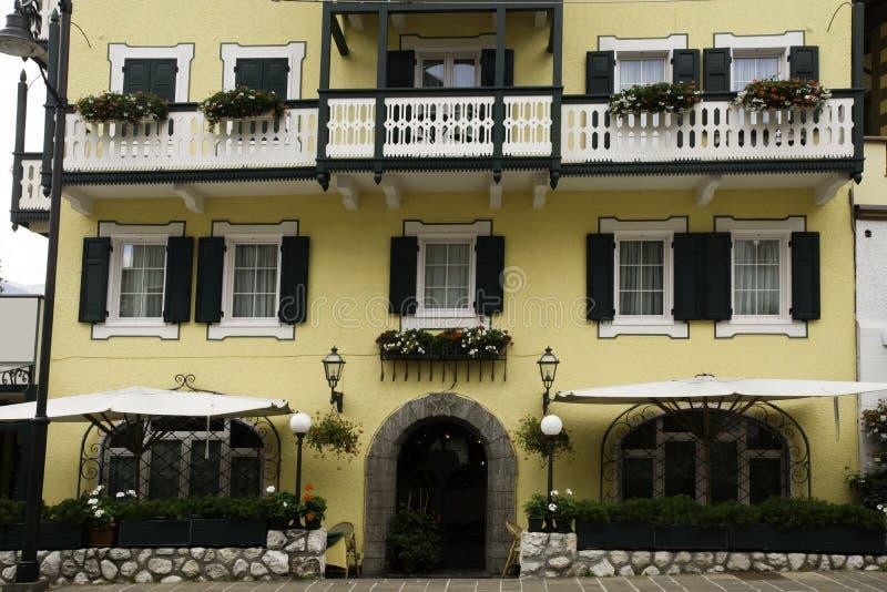 Façade avec des fleurs, dAmpezzo de Cortina, Italie photographie stock libre de droits