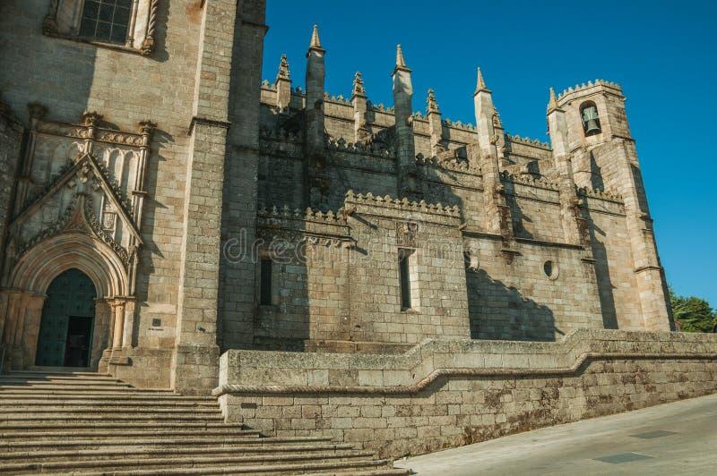 Façade avec l'escalier et porte décorée à la cathédrale de Guarda photos libres de droits