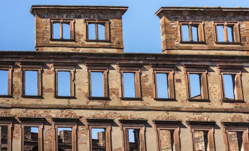 Façade avec les fenêtres vides devant le skye bleu - ruines de château d'Heidelberg, Allemagne photographie stock