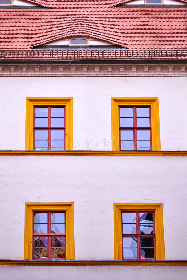 Façade avec quatre fenêtres encadrées par orange photos libres de droits