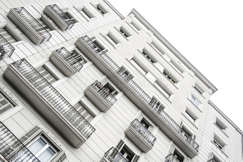 Façade blanche d'un édifice haut dans une ville Concept de vrai état avec le point de disparaition et l'espace vide de copie image stock