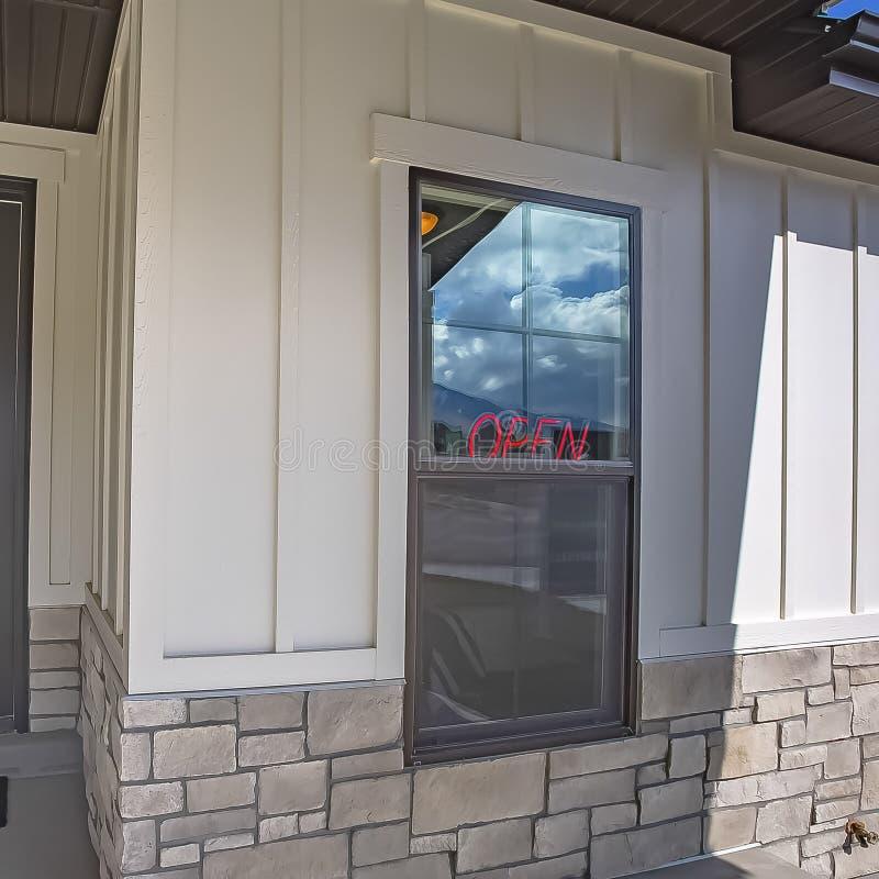Façade carrée de bâtiment à pans de bois avec la porte paned en verre et une combinaison de brique et de mur en bois photo libre de droits