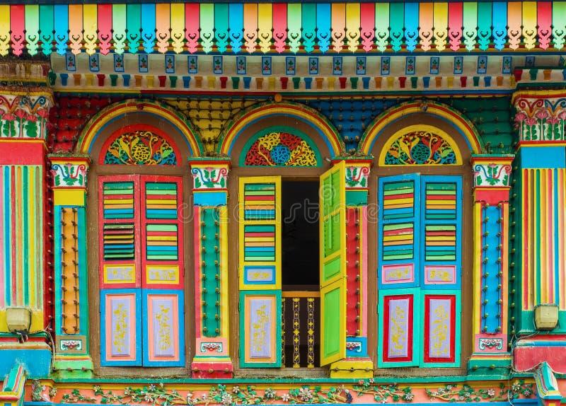 Façade colorée du bâtiment dans peu d'Inde, Singapour image libre de droits