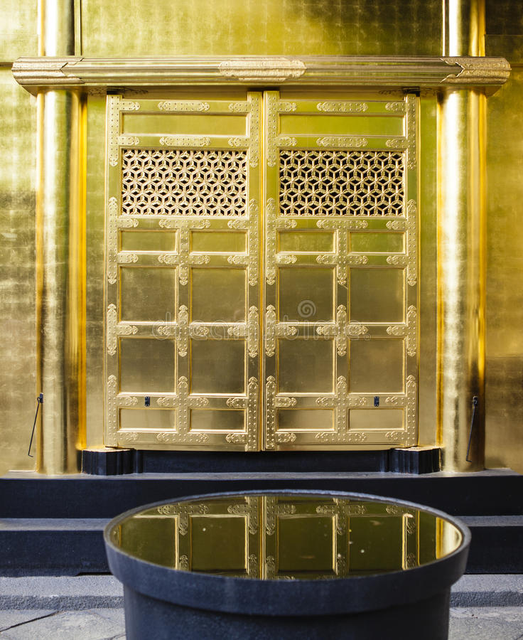 Façade décorée riche du tombeau de Toshogu en parc d'Ueno (Uenokoen) à Tokyo, Japon images stock