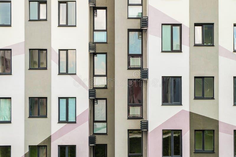 Façade détaillée avec fenêtres Immeuble résidentiel typique simple et haut image stock