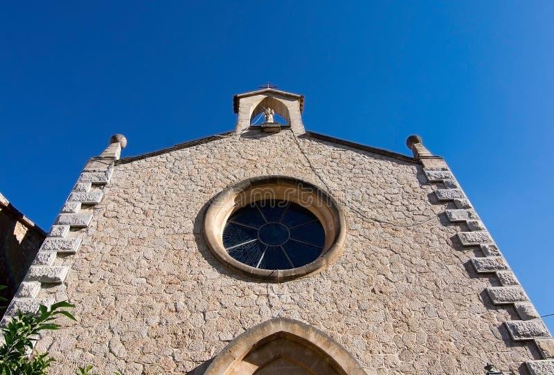 Façade d'église avec la fenêtre de chapelet photographie stock libre de droits