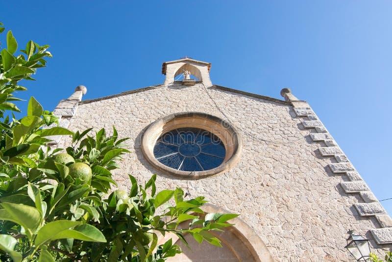 Façade d'église avec la fenêtre de chapelet photos libres de droits