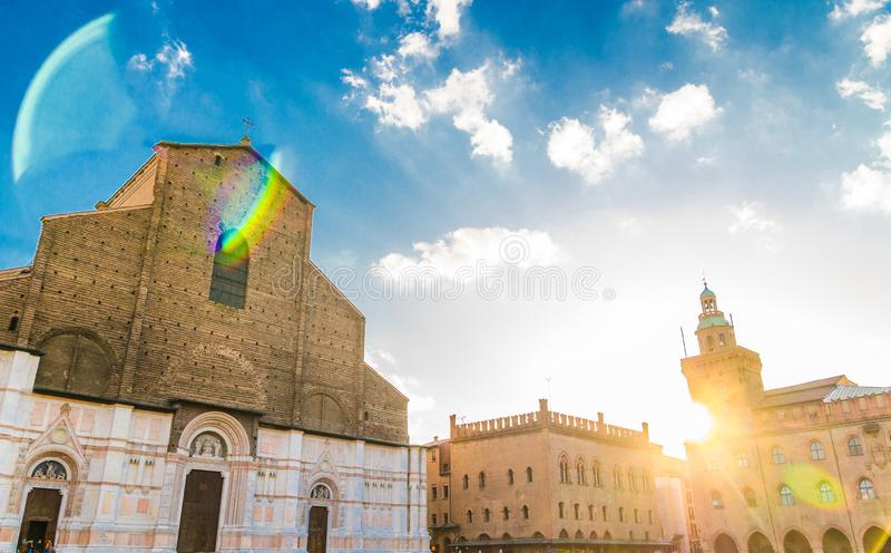 """Façade d'église de Basilica di San Petronio et bâtiment de palais de Palazzo d """"Accursio Palazzo Comunale sur la place de Piazza  photographie stock"""