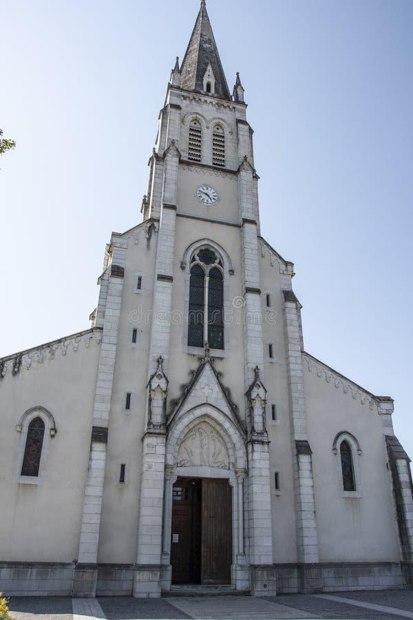 Façade d'église de Sainte-Marie-Madeleine dans le saint Palais Frances de Pyrénées image stock