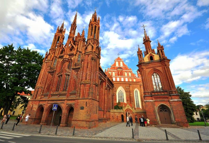 Façade d'église gothique de Bernardine à Vilnius, Lithuanie photos stock